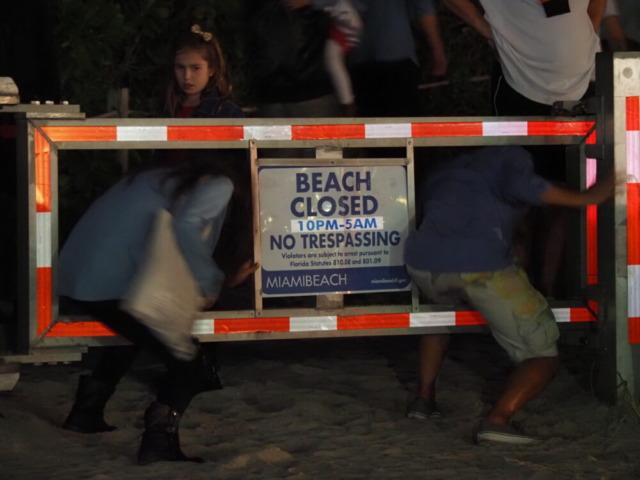 マイアミ深夜ビーチへの進入禁止