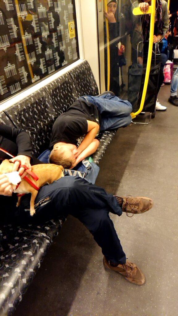 電車内で寝ている人