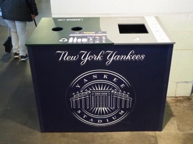 ヤンキースタジアムのごみ箱