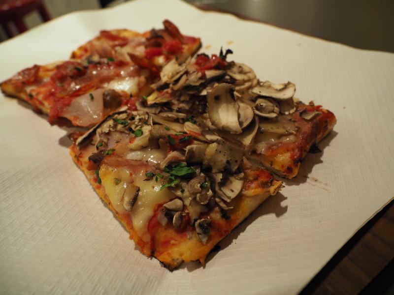 長方形の形をしたピザ1